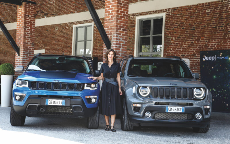 Antonella Bruno, responsabile Emea di Jeep, con i due modelliRenegade e Compass 4xe.
