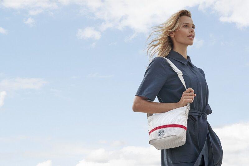 Sostenibilità e moda: la nuova collezione di borse Coca-Cola e Kipling
