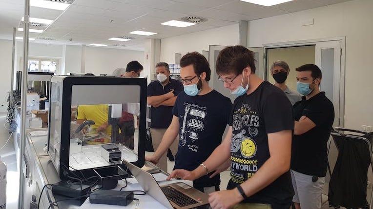 L'approccio open alla lotta al Covid: COVmatic, il sistema robotico di 30 giovani italiani che analizza 5mila tamponi al giorno